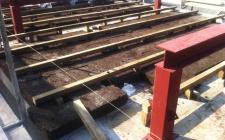 Final Fevereiro 2012 - Cobertura : colocação do aglomerado negro de cortiça entre estrutura de madeira, futuro suporte do OSB e zinco