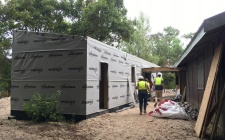Aplicação da impermeabilização sobre paredes em madeira OSB
